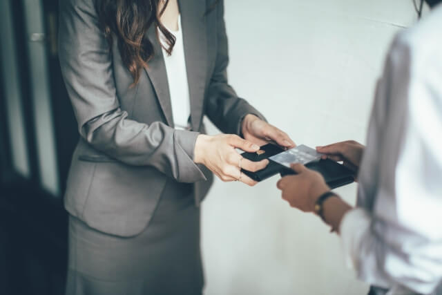 Hộp đựng giao tiếp hỗ trợ trong việc trao đổi danh thiếp hiệu quả